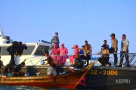 Polres Lingga berbagi takjil ditengah laut