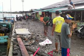 Pasar ikan Ranai rusak dihantam angin kencang
