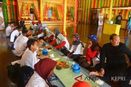 BUMN Hadir - Peserta SMN disajikan makan berhidang di Balai Adat