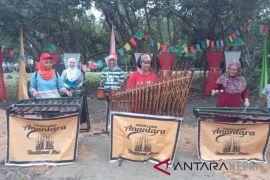 Wisman terhipnotis alunan musik angklung di Kampung Terih