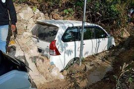 Mobil tertimbun longsor