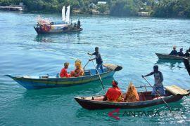 Pengantin suku laut Lingga diarak pakai sampan