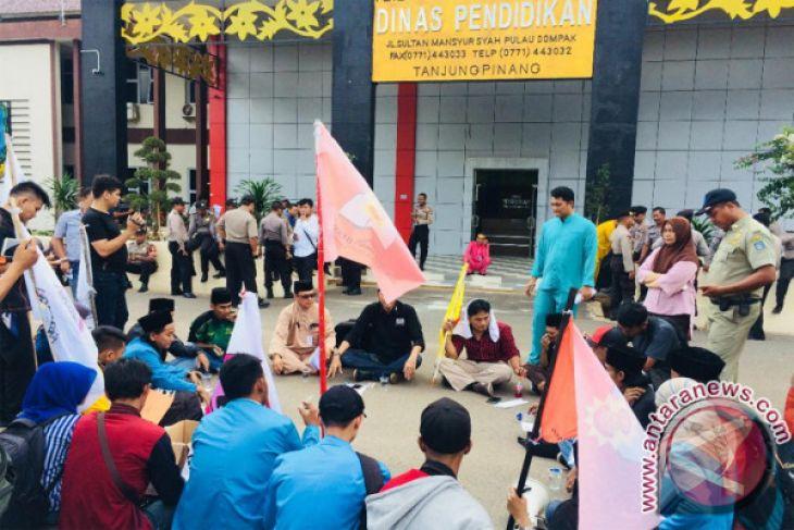 Mahasiswa Unjuk Rasa di Kantor Disdik Kepri