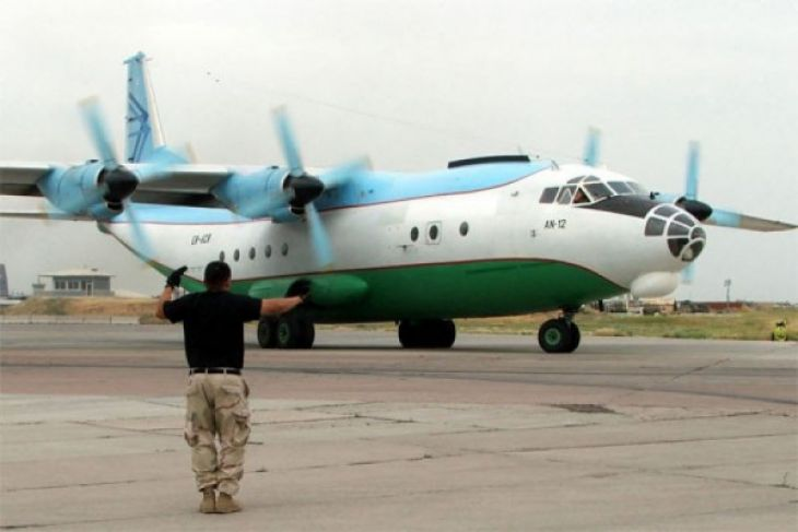 Pesawat Antonov mendarat di Hang Nadim