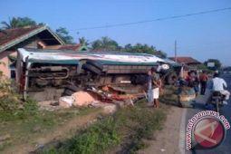 Bus tabrak pagar tujuh penumpang luka-luka