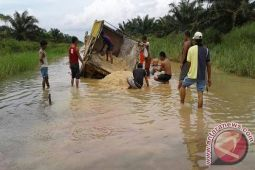 Warga Sri Tanjung Mesuji Perbaiki Jalan Putus