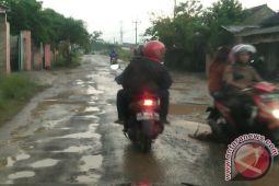 Jalan RA Basid wilayah Lamsel rusak parah