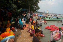 Objek Wisata Pantai Lampung dipadati Pengunjung