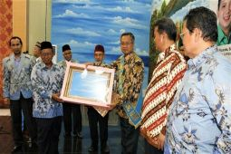 Gubernur Menerima Penghargaan Peduli Perguruan Swasta