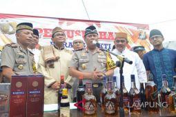 Kapolda Lampung pimpin pemusnahan ribuan botol minuman keras