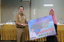 Gubernur berikan beasiswa 254 mahasiswa anak petani