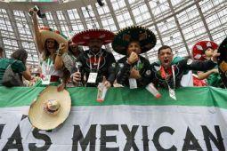 Kegembiraan pendukung Meksiko berlanjut hingga di kereta