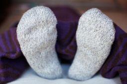 Tidur pakai kaos kaki basah ada manfaatnya lho