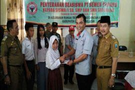 Semen Padang Serahkan Beasiswa 50 Pelajar Lampung