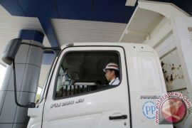 Jokowi Naik Truk Pantau Jalan Tol Trans Sumatera