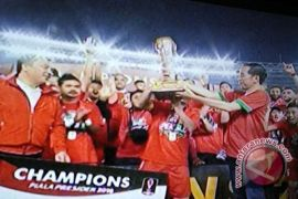 Presiden Jokowi serahkan Piala Presiden kepada Persija