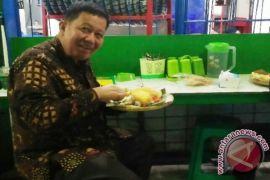 Plt Wali Kota sukai nasi uduk pinggiran