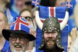 Penggemar Islandia nonton di kafe sedih
