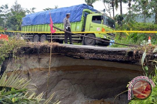 Jalan lintas Sumut-Aceh lumpuh total