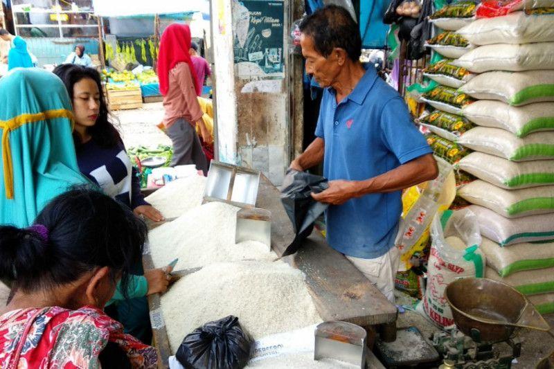 Stok banyak, harga beras bertahan