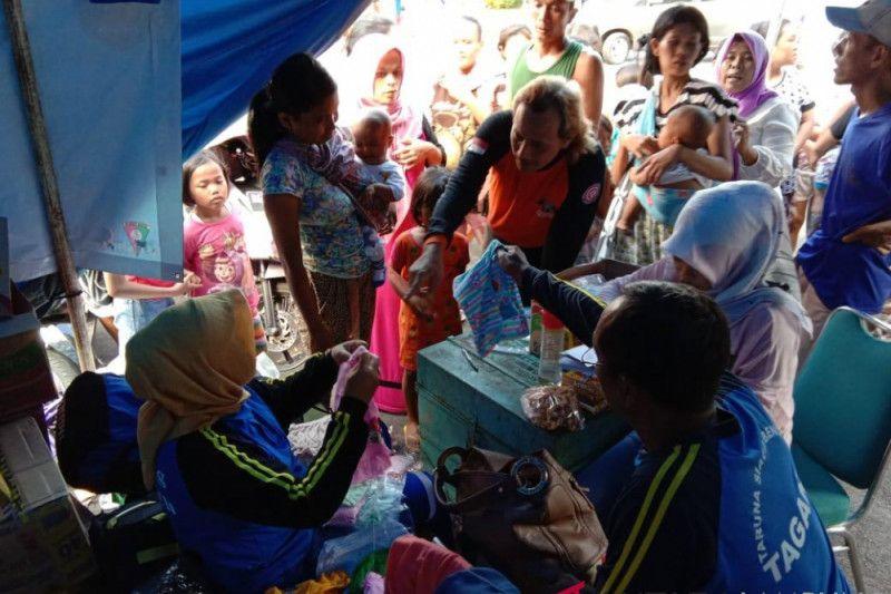 Relawan Tagana salurkan perlengkapan balita korban tsunami Selat Sunda