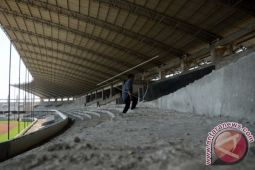 Pemasangan atap Stadion Barombong dilaksanakan April