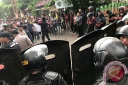 Bentrokan Di Makassar Tiga Polisi Luka Serius