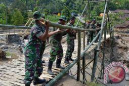 TNI-Polri dan Rutan Majene bangun jembatan