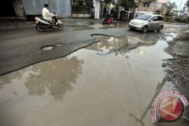 Akses jalan ke kantor Gubernur Sulbar rusak