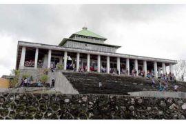 Ribuan warga wisata religi di masjid tua Muna