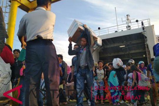 Perantau dari Kalimantan padati Pelabuhan Mamuju