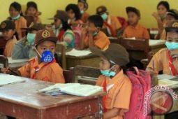 Wabup bagikan masker di sekolah sekitar Karangetang