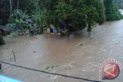 Rumumpe Imbau Warga Terdampak Banjir Selamatkan Diri