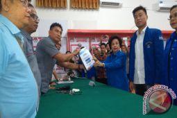 Naik Angkot Van Bone Pimpin PD Manado Daftar ke KPU