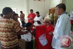 Uskup Manado Terimakan Sakramen Krisma Puluhan Orang di Kotaraya