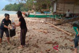 WNT Jakarta Bersih-bersih Pantai Bulo