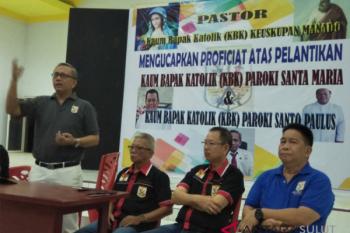 Ketua KBK Keuskupan Manado saat melantik pengurus KBK Palu