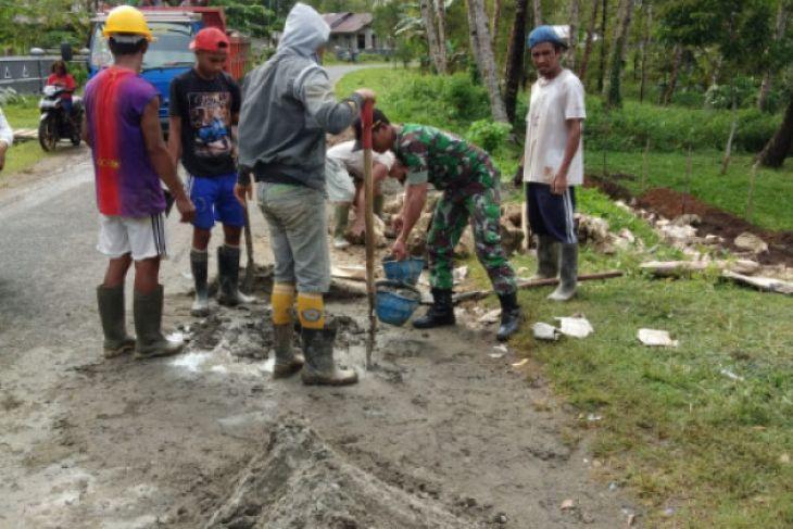 Babinsa Kepulauan Talaud bantu bangun saluran air