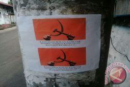 Tiang Listrik Dijadikan Tempat Penempelan Stiker Lambang Komunis
