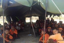 Anak-anak Sumbawa kepanasan belajar di tenda