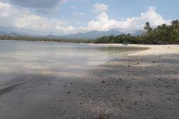 Pasir putih dan beningnya air di Pantai Sira