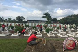 Pasukan Merah Santuni Veteran Pada Hari Pahlawan