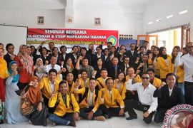 Mahasiswa Bali Merajut Kebinekaan di STIA Mataram