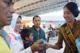 Bandara Lombok Bagikan Takjil Untuk Penumpang