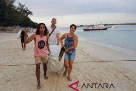 Puluhan Wisatawan Bersihkan Pantai Gili Trawangan