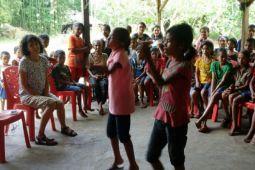 Relawan Belanda Ajar Anak Sumba Menyanyi