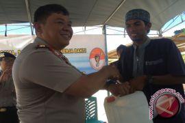 Polisi Distribusi Air ke Pulau Kera