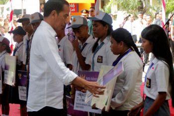 Jokowi Bagikan KIP di Kupang
