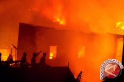 Api melalap 11 rumah petak di Biak