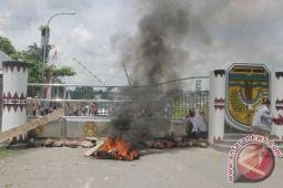 Guru honor blokade jalan masuk Pemerintahan Mimika